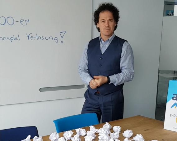 Rainer Schönfelder gibt den Gewinner bekannt
